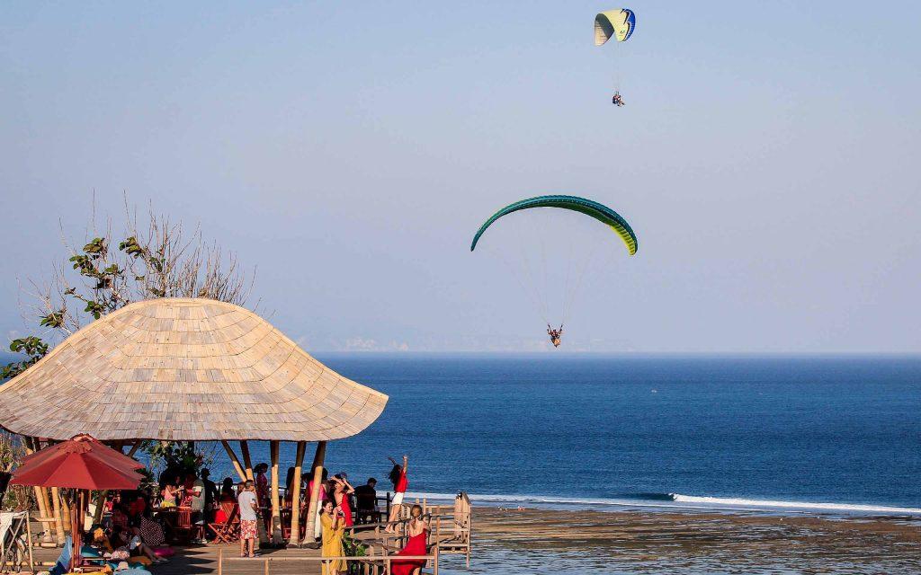 Aktivitas paragliding di Bali